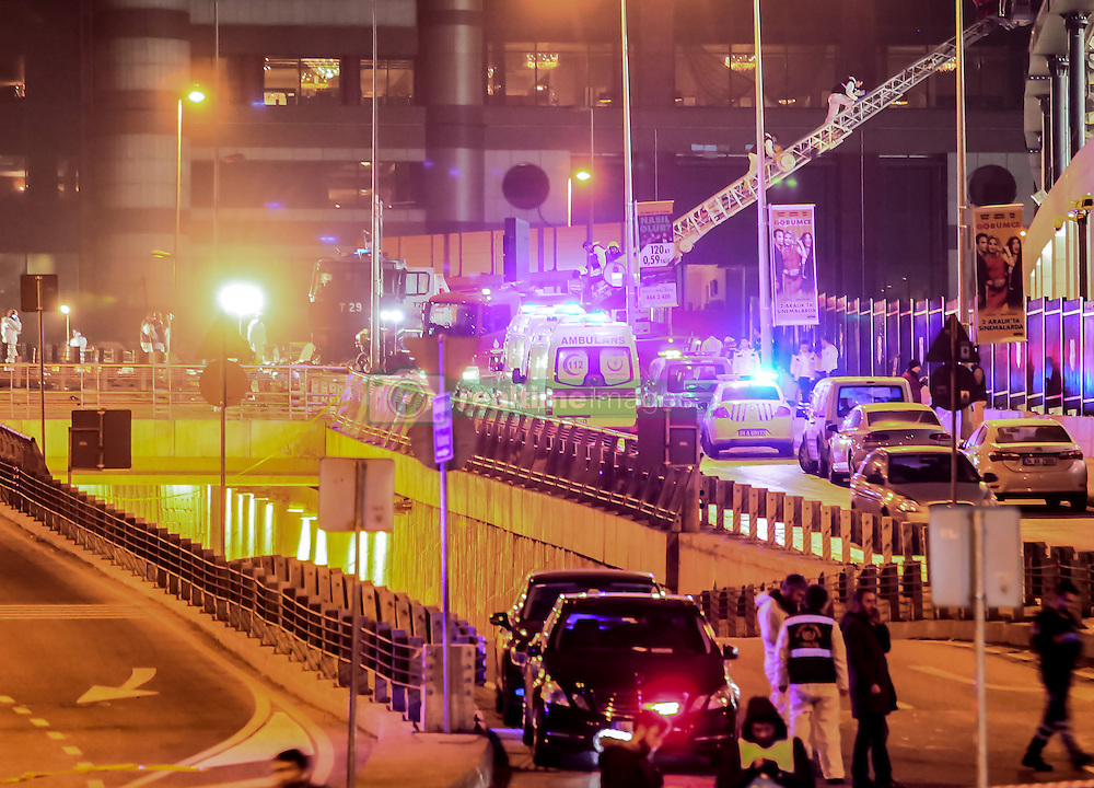 Terror in der T¸rkei: Zwei Bombenanschl‰ge nach dem Fussballspiel Besiktas gegen Bursaspor nahe der Vodafone-Arena in Istanbul fordern Todesopfer unter den Polizeikr‰ften / 101216<br /> <br /> ***Police forensic officers examine the blast area outside a soccer stadium in Istanbul, Saturday night, December 10, 2016.  Nearly 38 people, mostly police officers lost their lives after twin bomb attacks outside the stadium in Istanbul Saturday night following a soccer game.***