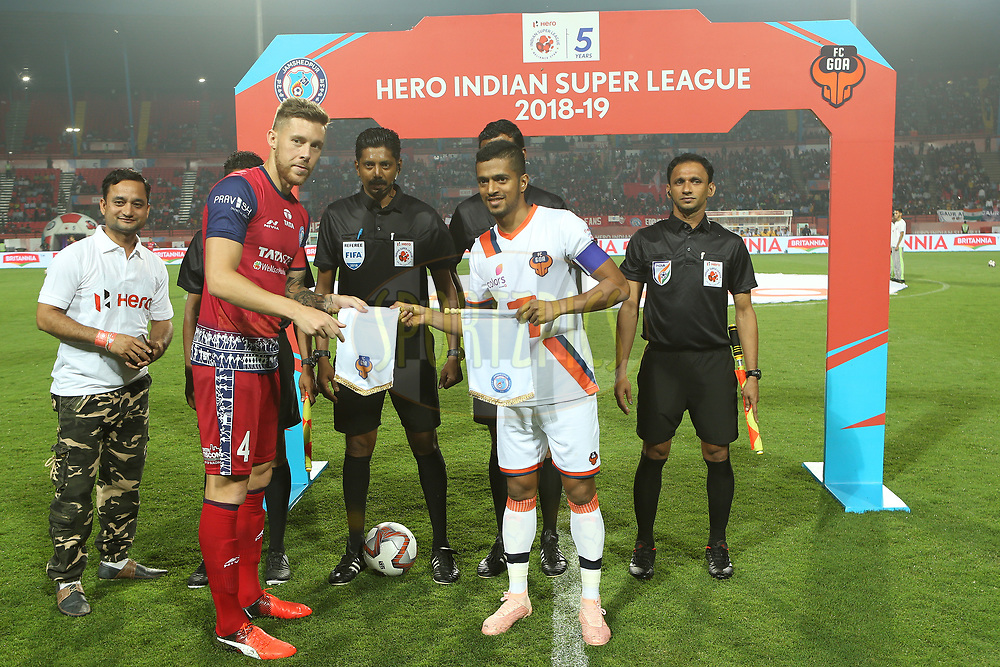 Jose Luis Espinosa captain of Jamshedpur FC and Mandar Rao Dessai of FC Goa during match 25 of the Hero Indian Super League 2018 ( ISL ) between Jamshedpur FC and FC Goa held at JRD Tata Sports Complex, Jamshedpur, India on the 1st November  2018<br /> <br /> Photo by: Ron Gaunt /SPORTZPICS for ISL