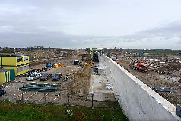 Nederland, Nijmegen, 26-10-2013Aan de overkant van de Waal bij Nijmegen wordt druk gewerkt aan het creeren van een nevengeul in de rivier om bij hoogwater een betere waterafvoer te hebben. Het is een omvangrijk project waarbij onder meer de pijlers van het spoorviaduct een bredere basis moeten krijgen omdat die straks in de loop van het water staan. Ook de n325 die vanaf de Waalbrug naar Arnhem loopt moet over 400 meter opnieuw worden aangelegd omdat het talud vervangen wordt door pijlers. De weg wordt via een bypass omgeleid. Het dorp veur-lent komt op een kunstmatig eiland te liggen. een deel van de toekomstige kade wordt al aangelegd.Measures taken by Nijmegen to give the river Waal, Rhine, more space to flow during highwater.Foto: Flip Franssen/Hollandse Hoogte
