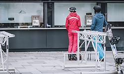 14.03.2020, Kaprun, AUT, Coronavirus in Österreich, im Bild Skifahrer vor geschlossenen Ticket Schalter. Die Kapruner Gletscherbahnen stellen mit 15. März ihren Winter Betrieb zur Eindämmung der Verbreitung des Corona Virus ein // Skier in front of closed ticket counter. The Kaprun glacier lifts close their Ski Resort on March 15 ,in an effort to slow the ongoing spread of the coronavirus, Kaprun, Austria on 2020/03/14. EXPA Pictures © 2020, PhotoCredit: EXPA/ JFK