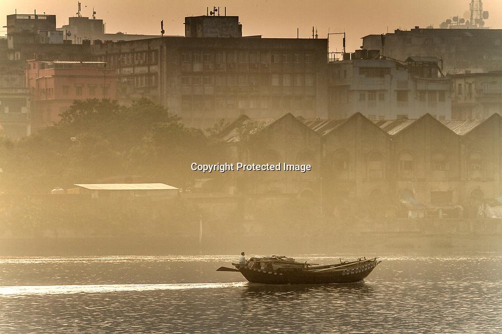 Kolkata Calcutta West Bengal India<br /> <br /> Båt på Hooghly floden eller Ganges<br /> <br /> <br /> <br /> ----<br /> FOTO : JOACHIM NYWALL KOD 0708840825_1<br /> COPYRIGHT JOACHIM NYWALL<br /> <br /> ***BETALBILD***<br /> Redovisas till <br /> NYWALL MEDIA AB<br /> Strandgatan 30<br /> 461 31 Trollhättan<br /> Prislista enl BLF , om inget annat avtalas.