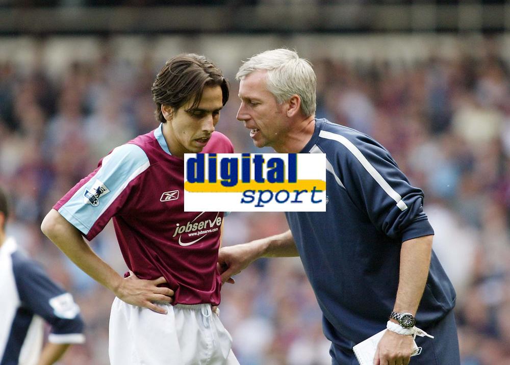 Photo: Chris Ratcliffe.<br /> West Ham United v Tottenham Hotspur. The Barclays Premiership. 07/05/2006.<br /> Alan Pardew, manager of West Ham has a chat with goal scorer Yossi Benayoun.