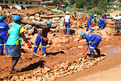 CHIMANIMANI, April 6, 2019  Local residents clear up the road after Cyclone Idai brought a mudslide in Ngangu village, Chimanimani, Zimbabwe, April 4, 2019. The Zimbabwean government has reported 299 deaths and 300 people missing in Cyclone Idai. (Credit Image: © Stringer/Xinhua via ZUMA Wire)