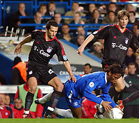 Fotball<br /> Champions League 2004/05<br /> Chelsea v Bayern München<br /> 6. april 2005<br /> Foto: Digitalsport<br /> NORWAY ONLY<br /> Chelsea's Didier Drogba is challanged by Bayern Munich's Hasan Salihamidzic L and Torsten Frings