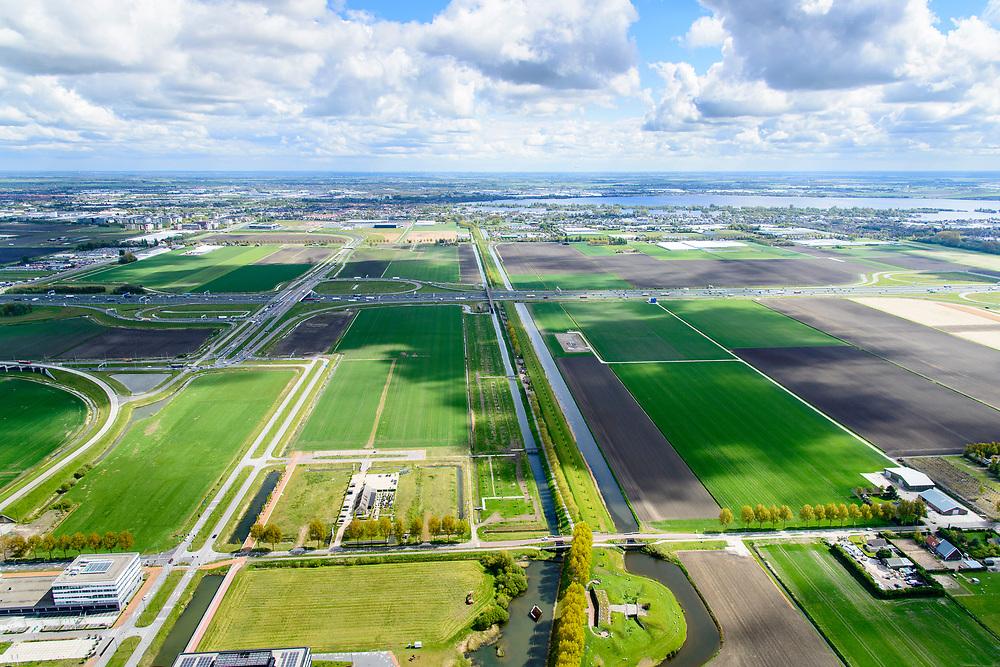 Nederland, Noord-Holland, Gemeente Hoofddorp, 28-04-2017; Geniedijk, hoofdverdedigingslijn van de Stelling van Amsterdam. Diende om  zuidelijke deel van de Haarlemmermeer onder water te zetten (inunderen). De liniedijk wordt doorsneden door de A4.<br /> Defense line dike, part of Amsterdam defense line (stelling van Amsterdam),<br /> Geniedijk, main defense line of the theorem of Amsterdam. Made it possible to submerge part of polder Haarlemmermeer.<br /> luchtfoto (toeslag op standard tarieven);<br /> aerial photo (additional fee required);<br /> copyright foto/photo Siebe Swart