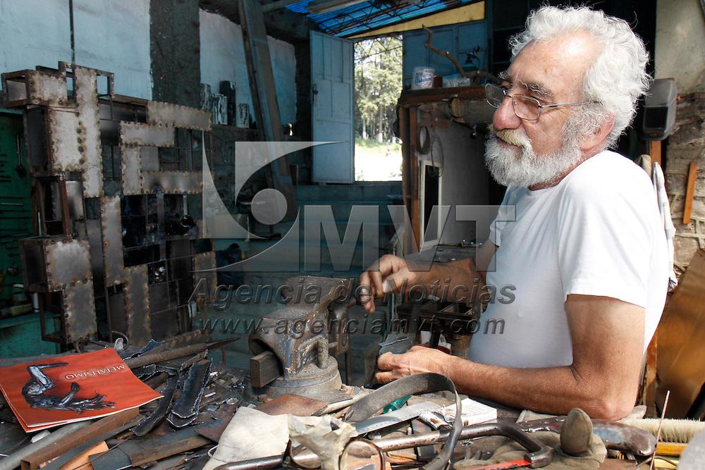 TOLUCA, México.- Fernando Cano, artista mexiquense, reconocido a nivel nacional e internacional, lleva trabajando más de 25 años en un taller ubicado en El Calvario de Toluca, elaborando esculturas en hierro forjado de diversos tamaños, actualmente cuenta con más de 115 exposiciones individuales y 87 colectivas. Agencia MVT / Crisanta Espinosa. (DIGITAL)