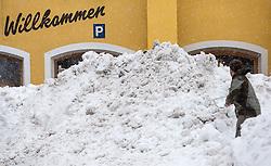 01.02.2014, Sillian, Osttirol, AUT, Schneefälle in Oberkärnten und Osttirol, im Bild Schneesituation in Sillian.  Bis tief in die Nacht waren Einsatzkräfte damit beschäftigt die Strassen und Gehwege von den Schneeemassen zu räumen. Viele Strassen in die Seitentäler des osttiroler Isel- und Pustertalen sind aufgrund der grossen Lawinengefahr gesperrt. Die grossen Neuschneemengen in Osttirol forderten bereits zwei Todesopfer. EXPA Pictures © 2014, PhotoCredit: EXPA/ JFK