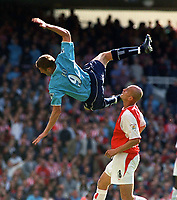 Fotbal, 6. oktober 2002, Arsenal v Sunderland. Tore Andre Flo, Sunderland, og Pascal Cygan, Arsenal. <br />Foto: Andrew Cowie, Digitalsport.