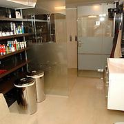 NLD/Eemnes/20060921 - Perspresentatie de Gouden Kooi, villa, badkamer, douche,
