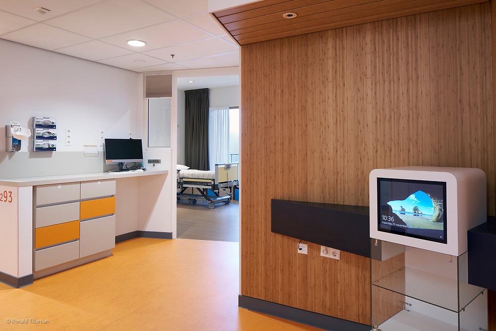 Prinses Máxima Centrum Utrecht Liag Architecten<br /> <br /> Winnaar German Design Award 2020<br /> <br /> In het Prinses Máxima Centrum voor kinderoncologie wordt de expertise op het gebied van zorg en research op het allerhoogste niveau gebundeld. Het Prinses Máxima Centrum is uniek in zijn aard en met een oppervlakte van 45.000 m2 is het daarmee het grootste kinderoncologische centrum in Europa.<br /> <br /> FUNCTIE:<br /> Kinderkankerziekenhuis met specialistische functies: zorg, behandeling, wetenschappelijk onderzoek en onderwijsfaciliteiten<br /> <br /> All images © Ronald Tilleman<br /> No use without written permission.<br />  <br /> For a license or print just contact me : ronald@tilleman.nl