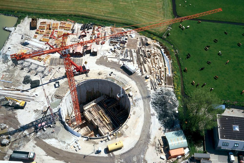 Nederland, Polder Achthoven, ten ZO van Leiderdorp, 17/05/2002;aanleg vluchtschacht (nooduitgang) van de HSL boortunnel onder het Groene Hart; de 40 meter diepe schacht wordt gebouwd voordat de tunnelboormachine deze lokatie passeert; infrastructuur, bouwen, spoor, rail, TGV planologie ruimtelijke ordening, bouwplaats, kraan;<br /> luchtfoto (toeslag), aerial photo (additional fee)<br /> foto /photo Siebe Swart