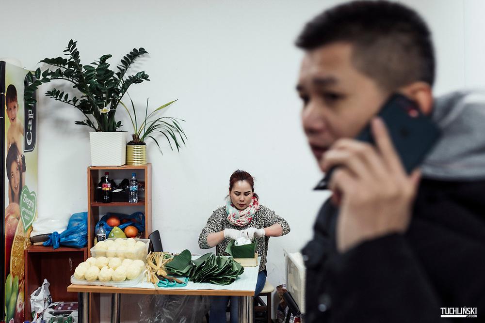 Wolka Kosowska, Polska. 23.01.2020 <br /> Wietnamski Bar n/z Pracownica przygotowuje potrawę na wietnamski Nowy Rok.<br /> Fot. Adam Tuchlinski dla Newsweek Polska