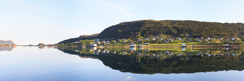 Panoramic view at Remøy, nearby Fosnavåg, Norway. Early morning light with reflections in the sea | Nydelig morgenlys på Remøy og Sævikane, med spegling i sjøen