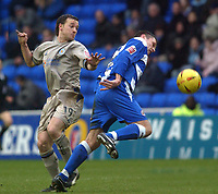 Photo: Daniel Hambury.<br /> Reading v Leicester City. <br /> The Coca Cola Championship.<br /> 26/02/2005<br /> Reading's Graeme Murty and Leicester's David Connolly battle for the ball.