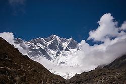 """THEMENBILD - Südwand des 8516m hohen Lhotse Wanderung im Sagarmatha National Park in Nepal, in dem sich auch sein Namensgeber, der Mount Everest, befinden. In Nepali heißt der Everest Sagarmatha, was übersetzt """"Stirn des Himmels"""" bedeutet. Die Wanderung führte von Lukla über Namche Bazar und Gokyo bis ins Everest Base Camp und zum Gipfel des 6189m hohen Island Peak. Aufgenommen am 21.05.2018 in Nepal // Trekkingtour in the Sagarmatha National Park. Nepal on 2018/05/21. EXPA Pictures © 2018, PhotoCredit: EXPA/ Michael Gruber"""