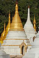 Myanmar (ex Birmanie), Province de Shan, Pindaya, stupa au pied de la grotte Shwe Oo Min // Myanmar (Burma), Shan province, Pindaya, Stupa near the Shwe Oo Min cave