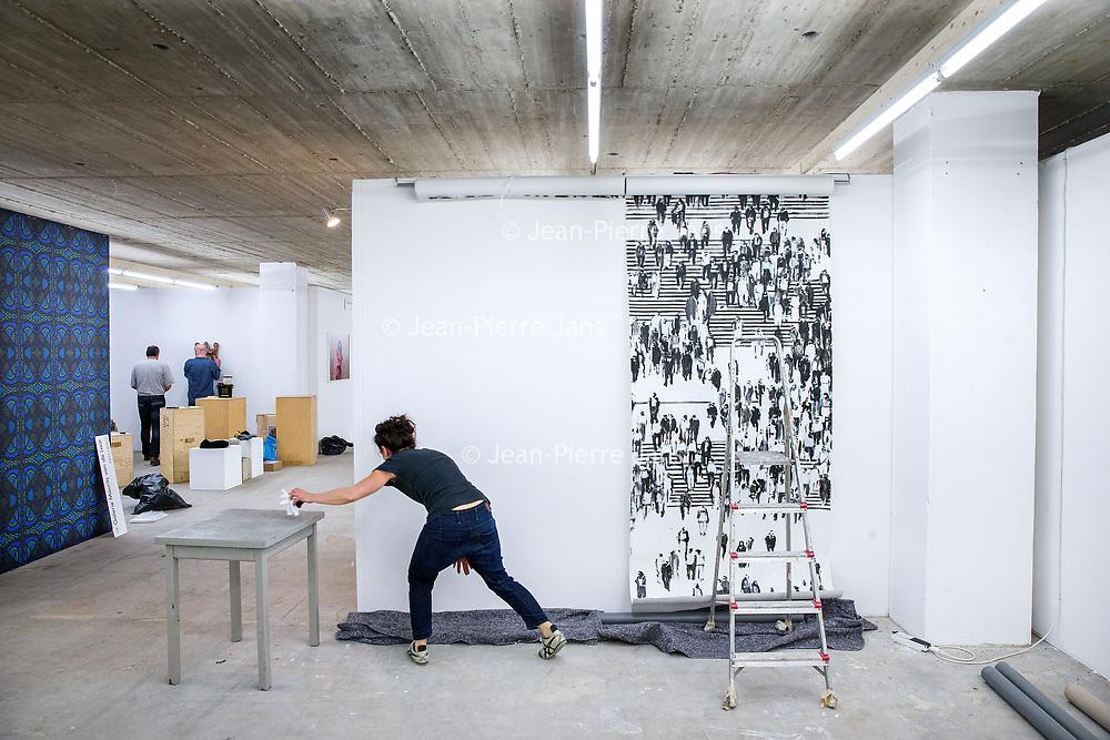 Nederland, Amsterdam, 15 mei 2017.<br />Amsterdam Art Fair is dé reizende kwaliteitsbeurs van hedendaagse kunst in Nederland voor liefhebber en verzamelaar. Na het succes van de eerste editie in de voormalige Citroëngarage (2015) en de tweede editie op het Museumplein (2016), opent Amsterdam Art Fair dit keer haar deuren in de Huidekoperstraat, om de hoek van De Nederlandsche Bank.<br /><br />Vanaf 17 mei nemen 50 van de beste galeries van Nederland hun intrek in deze tijdelijke locatie, voor de gelegenheid omgedoopt tot Kunsthal Koper, om 5 dagen lang de nieuwste werken te tonen van de meest spraakmakende kunstenaars van dit moment.<br />Op de foto: de stand van gallerie Reuten Galerie wordt ingericht.<br /><br /><br /><br />Foto: Jean-Pierre Jans