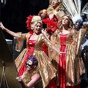 NLD/Amsterdam/20070804 - Gaypride Canalparade 2007, verklede travestieten