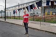 Vecino de la fábrica. Por la proximidad con la fábrica, personas utilizan acera de la fábrica para colgar su ropa.