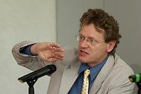 """16 JUN 2004, BERLIN/GERMANY:<br /> Albert Schmidt, MdB, B90/Gruene Verkehrspolitischer Sprecher der BT-Fraktion,  Gespraechsrunde, ADAC Gespraech zur Mobilitaet """"Wunsch oder Wirklichkeit: Auswirkungen von Verkehrsprognosen auf die Verkehrspolitik"""", ADAC Praesidialbuero Berlin<br /> IMAGE: 20040616-02-053<br /> KEYWORDS: Gespräch Mobilität"""