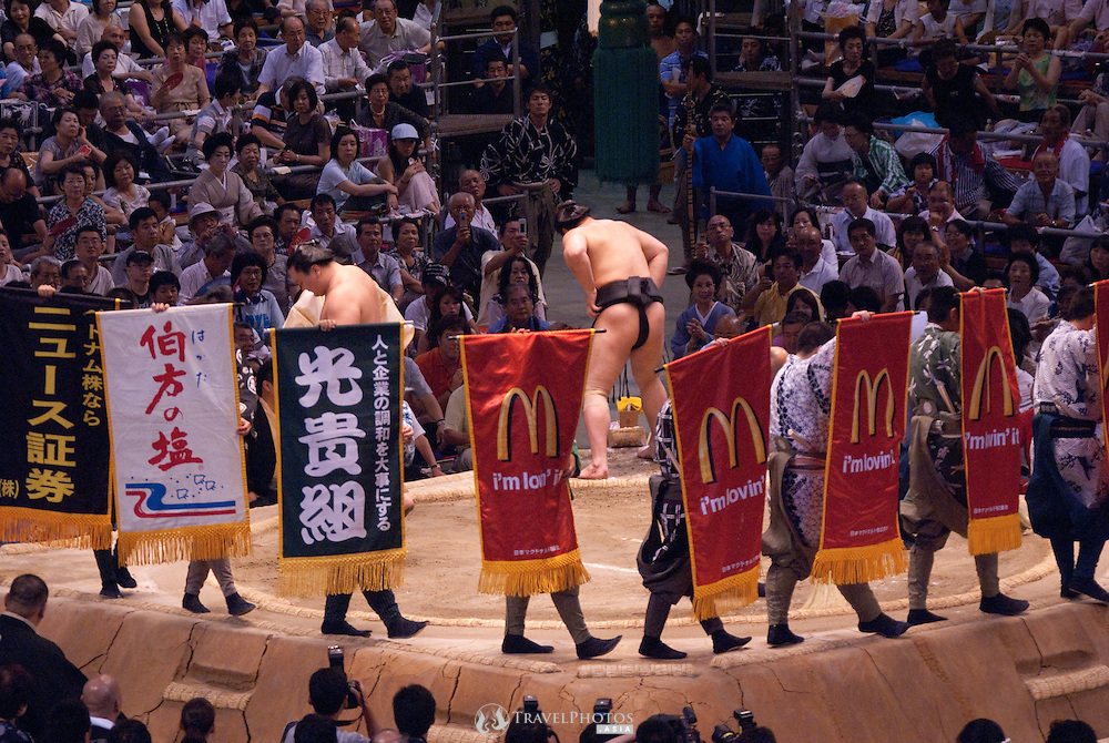 Yokuzuna ranked Mongolian Hakuho (Mönkhbatyn Davaajargal; left), and Ozeki ranked fellow-Mongolian Harumafuji (Davaanyamyn Byambadorj, right) head of a bout in the controversial Nagoya summer Grand Sumo Tournament held on the 14th and second final day.