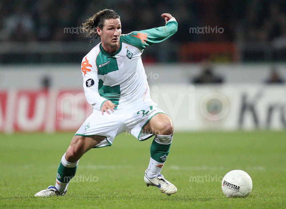 Fussball  UEFA Pokal  Saison 2006/2007 Christian SCHULZ (SV Werder Bremen), Einzelaktion am Ball