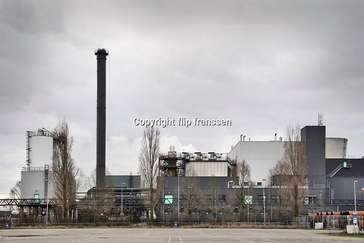 Nederland, Moerdijk, 20-2-2020  De vestiging van slibverwerking Noord Brabant op het industrieterrein, bedrijventerrein Moerdijk . Zuiveringsslib is een restproduct dat overblijft na zuivering van afvalwater in waterzuiveringsinstallaties. Dit afvalwater bevat veel stoffen die niet in het oppervlaktewater terecht mogen komen. In de zuiveringsinstallaties breken bacteriën een groot deel van deze stoffen via een biologisch proces af. Daarnaast hecht een deel van de vuilstoffen zich aan het biologische zuiveringsslib. Dit zuiveringsslib is het belangrijkste bijproduct dat ontstaat bij de zuivering van afvalwater. Het gezuiverde water gaat terug naar de natuur; het ontwaterde zuiveringsslib wordt met vrachtwagens naar SNB gebracht voor verdere verwerking.Foto: Flip Franssen