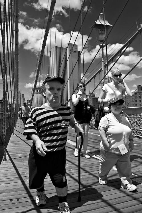 USA, Vereinigte Staaten von Amerika, New York City; Leute gehen über die Brooklyn Bridge| people walking across the Brooklyn Bridge in NYC United States of America,
