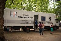 DEU, Deutschland, Germany, Berlin, 12.08.2015: Ein Röntgenmobil-Truck für die Tuberkulose-Untersuchung (TBC) der Flüchtlinge auf dem Gelände des Landesamts für Gesundheit und Soziales (LaGeSo), hier befindet sich die Zentrale Aufnahmeeinrichtung des Landes Berlin für Asylbewerber.