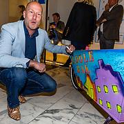 NLD/Amsterdam//20170410 - Free a Girl Celebrity Night, Arjan Erkel signeert Bakfiets