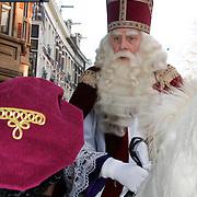 NLD/Amsterdam/20111117 - Inloop Bennie Stout in premiere voor Sinterklaas, Sinterklaas op zijn paard
