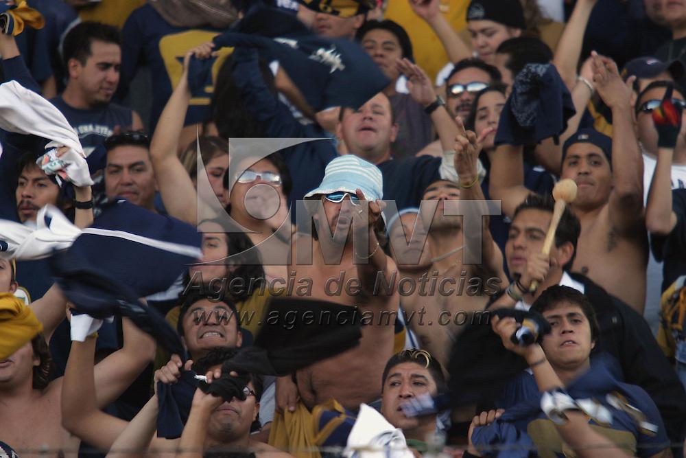 Toluca, Méx.- Aficionados del equipo Pumas festejan el empate con el equipo Toluca en el partido de ida de los cuartos de final del futbol mexicano que termino empatado a dos goles. Agencia MVT / Mario Vazquez de la Torre. (DIGITAL)<br /> <br /> NO ARCHIVAR - NO ARCHIVE