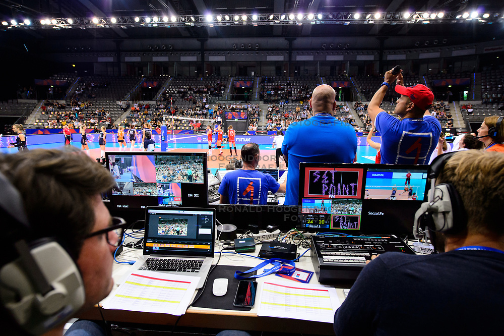 12.06.2018, Porsche Arena, Stuttgart<br /> Volleyball, Volleyball Nations League, Türkei / Tuerkei vs. Niederlande<br /> <br /> Feature Anzeige / Screen / Entertainment<br /> <br /> Foto: Conny Kurth / www.kurth-media.de