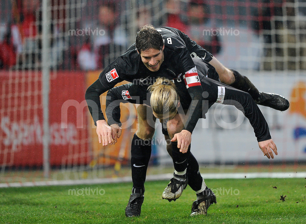 Fussball Bundesliga Saison 2008/2009 FC Energie Cottbus - Hertha BSC Berlin Andrey VORONIN (Hertha) jubelt zum 3:1 mit Arne FRIEDRICH (Hertha).