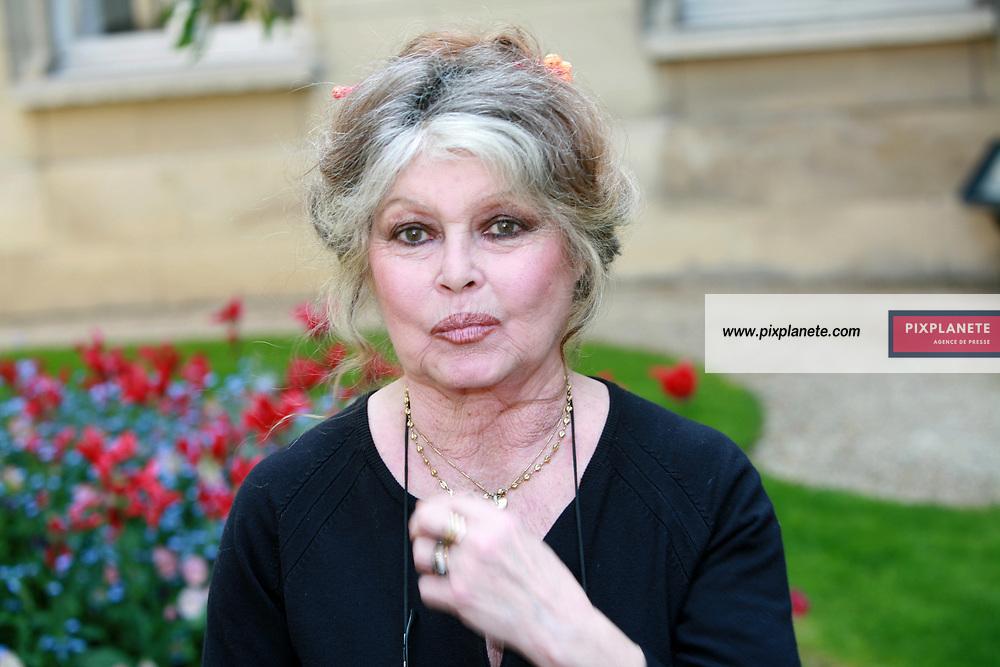 Brigitte Bardot rencontre au nom de son association le ministre de l'agriculture Dominique Bussereau autours des thèmes suivants : Comment endiguer la surpopulation des animaux de compagnie en France, obligation d'étourdissement lors des abattages rituel, réforme de l'élevage des poulets de chair. 11/05/2006 - JSB / PixPlanete