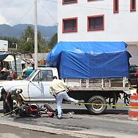 Zinacantepec, México.- Un motociclista murió al chocar contra una camioneta de redilas en la carretera Toluca - Ciudad Altamirano, a la altura del poblado de Tejalpa. Agencia MVT / Ramsés Mercado.