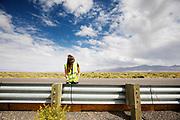 Een teamlid helpt met het opbouwen van het parcours. Het Human Power Team Delft en Amsterdam (HPT), dat bestaat uit studenten van de TU Delft en de VU Amsterdam, is in Amerika om te proberen het record snelfietsen te verbreken. In Battle Mountain (Nevada) wordt ieder jaar de World Human Powered Speed Challenge gehouden. Tijdens deze wedstrijd wordt geprobeerd zo hard mogelijk te fietsen op pure menskracht. Het huidige record staat sinds 2015 op naam van de Canadees Todd Reichert die 139,45 km/h reed. De deelnemers bestaan zowel uit teams van universiteiten als uit hobbyisten. Met de gestroomlijnde fietsen willen ze laten zien wat mogelijk is met menskracht. De speciale ligfietsen kunnen gezien worden als de Formule 1 van het fietsen. De kennis die wordt opgedaan wordt ook gebruikt om duurzaam vervoer verder te ontwikkelen.<br /> <br /> The Human Power Team Delft and Amsterdam, a team by students of the TU Delft and the VU Amsterdam, is in America to set a new world record speed cycling.In Battle Mountain (Nevada) each year the World Human Powered Speed Challenge is held. During this race they try to ride on pure manpower as hard as possible. Since 2015 the Canadian Todd Reichert is record holder with a speed of 136,45 km/h. The participants consist of both teams from universities and from hobbyists. With the sleek bikes they want to show what is possible with human power. The special recumbent bicycles can be seen as the Formula 1 of the bicycle. The knowledge gained is also used to develop sustainable transport.
