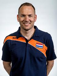 22-05-2017 NED: Nederlands volleybalteam vrouwen, Utrecht<br /> Photoshoot met Oranje vrouwen seizoen 2017 / Team manager Marc de Haan