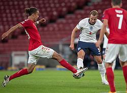 Harry Kane (England) blokeres af Yussuf Poulsen (Danmark) under UEFA Nations League kampen mellem Danmark og England den 8. september 2020 i Parken, København (Foto: Claus Birch).