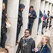 LUX/Luxemburg/20190504 - Funeral of HRH Grand Duke Jean/Uitvaart Groothertog Jean, mensen staan in nissen van een gebouw om een glimp op te vangen van de uitvaart