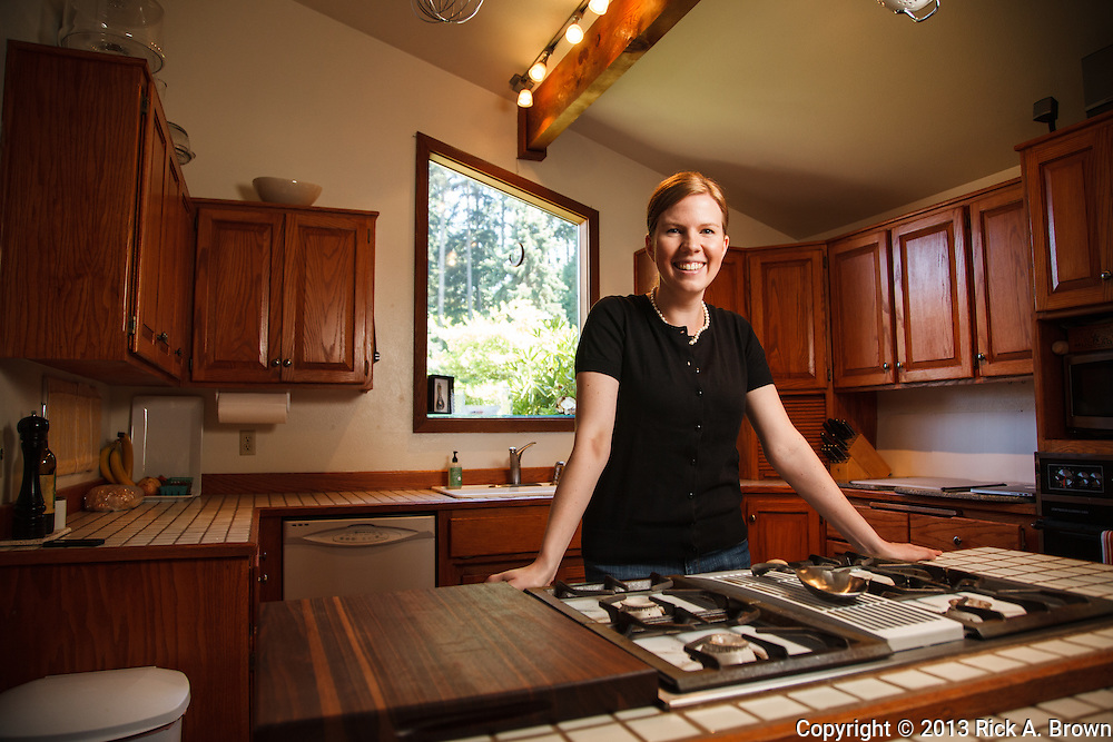 USA, Oregon, Eugene, young woman in her kitchen. MR