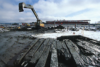 99040502: Åråsen stadion bygges om. Her jobber en svenske på det som blir en anleggsplass hele 99-sesongen. (Foto: Peter Tubaas)