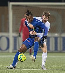 Effiong Nsungusi (HB Køge) og Nikolaj Hansen (FC Helsingør) under kampen i 1. Division mellem HB Køge og FC Helsingør den 4. december 2020 på Capelli Sport Stadion i Køge (Foto: Claus Birch).