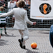 NLD/Middelburg/20100430 -  Koninginnedag 2010, Bernhard Jr. voetballend
