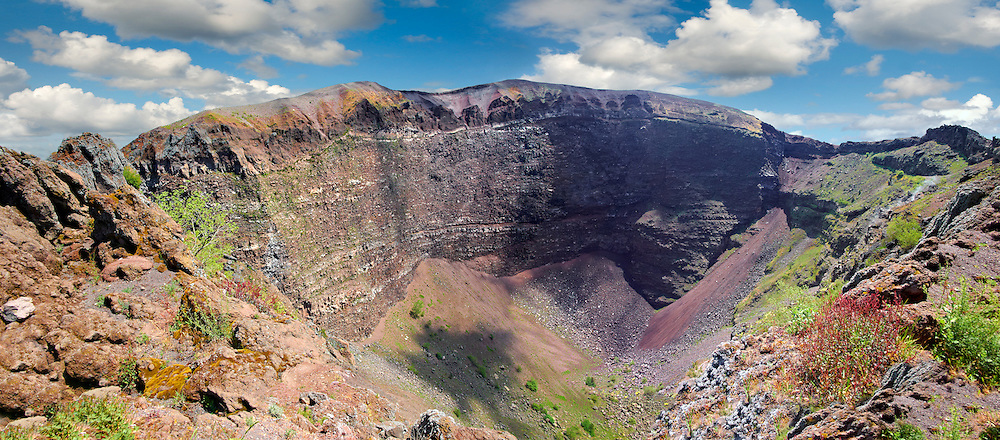 The volcanic crater of Mount Vesuvius, Italy .<br /> <br /> Visit our ITALY PHOTO COLLECTION for more   photos of Italy to download or buy as prints https://funkystock.photoshelter.com/gallery-collection/2b-Pictures-Images-of-Italy-Photos-of-Italian-Historic-Landmark-Sites/C0000qxA2zGFjd_k<br /> If you prefer to buy from our ALAMY PHOTO LIBRARY  Collection visit : https://www.alamy.com/portfolio/paul-williams-funkystock/mount-vesuvius.html