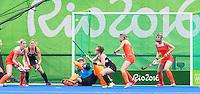 h bRIO DE JANEIRO   -  Drukte voor het Nederlandse doel  van keeper keeper Joyce Sombroek (Ned)   tijdens  de  poulewedstrijd hockey dames Nieuw-Zeeland-Nederland , tijdens de Olympische Spelen. COPYRIGHT KOEN SUYK