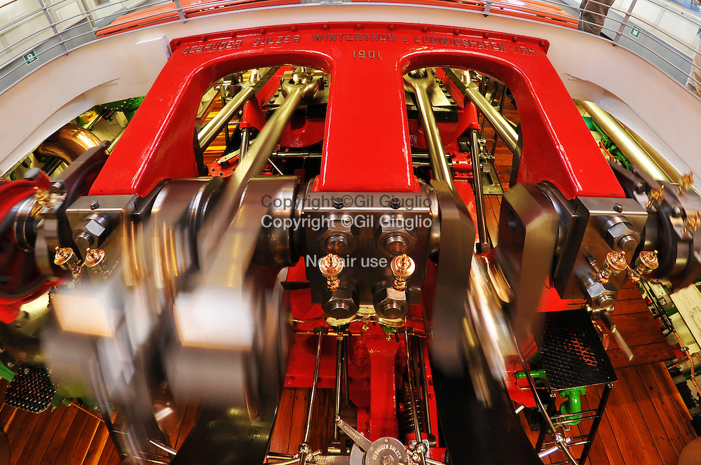 Suiise, canton de Lucerne, à board du bateau à aube Wilhelm Tell, salle des es machines visibles depuis pont intérieur  // Switzerland, Luzern canton, on board of Whilhelm Tell steam boat, engins room from indoor deck