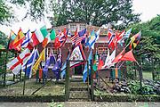 Nederland, Berg en Dal, 15-7-2019 De 103e vierdaagse . Bewoners van een huis langs de route hebben de voortuin vol gezet met vlaggen van deelnemende landen .Foto: Flip Franssen Foto: Flip Franssen