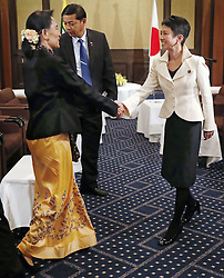 Aung San Suu Kyi gibt eine Pk in Tokio / 041116 ***Myanmar leader Aung San Suu Kyi (L) shakes hands with Japan's main opposition Democratic Party leader Renho in Tokyo on Nov. 4, 2016. Renho expressed readiness to support economic growth in Myanmar during their talks.