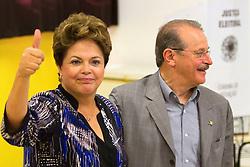 A Presidenta do Brasil Dilma Rousseff acompanhada do governador Tarso Genro durante votação para prefeito e vereador nas eleições de 2012, na Escola Estadual Santos Dumond, em Porto Alegre/RS. FOTO: Marcos Nagelstein/Preview.com